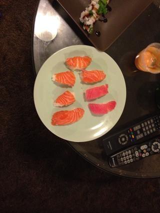 También sencilla de agregar rodajas de pescado en la parte superior de pequeñas bolas de arroz pegajoso para hacer el estilo nigiri