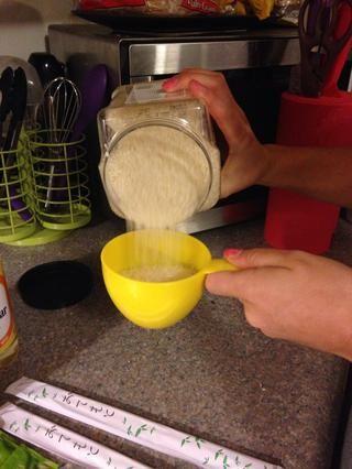 Mida sin embargo muchas tazas de arroz que quieren (aproximadamente una taza por rollo)
