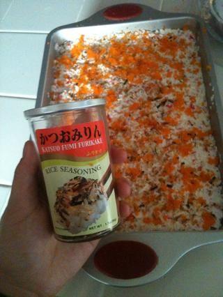 Una parte más, el condimento furikake va! No es el momento de ser tacaño con estas cosas!