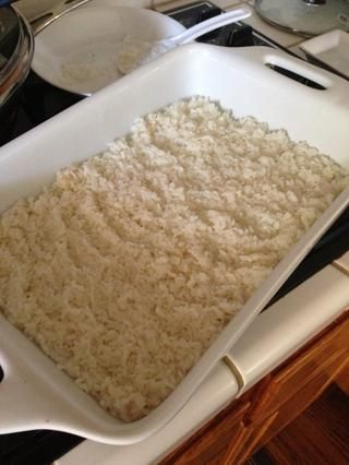 Cocine 2 tazas de arroz y lo extendió uniformemente en una bandeja de hornear. ** Usted don't want to use too much rice because it will overpower the crab meat mix. My tray is really big so the rice is spread out thin*