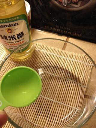 Añadir tres cucharadas de vinagre de arroz a un tazón pequeño.