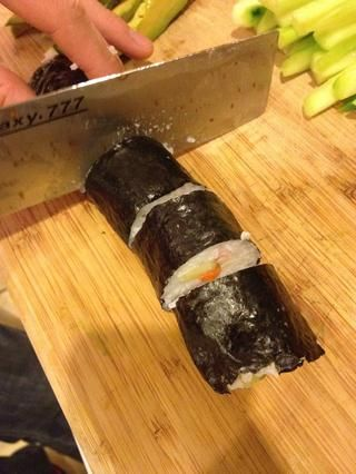 Cortar el sushi en pedazos.