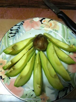 Rebanada. Mantenga la semilla para hacer un árbol de aguacate (guía se puede encontrar en Snapguide)