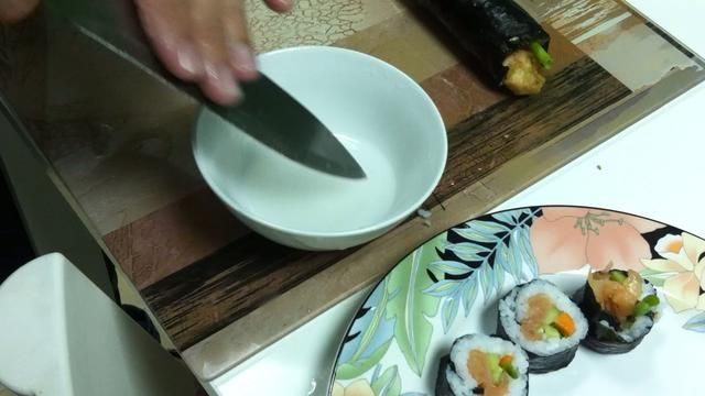 Moje el cuchillo antes de cortar y don't apply any pressure on the rolls while cutting in order to keep the round shape