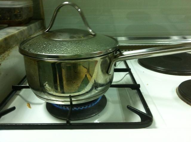 Agregue el agua (yo usé caliente) para el arroz y cocine a fuego lento durante 15 minutos. Por cada taza de arroz usar 1,25 tazas de agua. Para cada yaki colchoneta nuri u necesitará alrededor de 0,75 tazas de arroz fresca