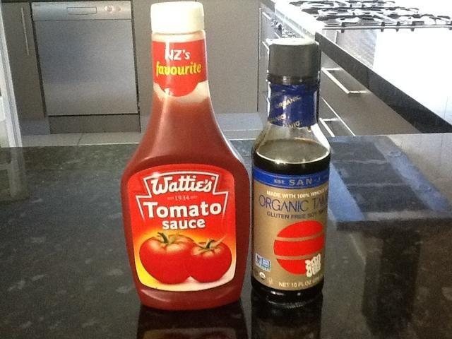 Meaure la salsa de tomate y salsa de soja. Agregue el ajo a la salsa de tomate y salsa de soja, mezclar y reservar. Este es el adobo de pollo.