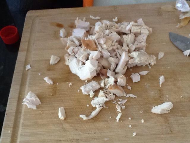 Picar el pollo cocido en trozos pequeños y luego poner en un tazón pequeño.
