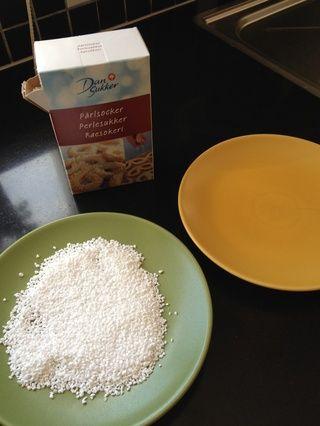 Ahora conseguir dos platos y algunas perlas (?) De azúcar, copos de coco, nueces trituradas o lo que quieras para decorar tus bolas de harina de avena con deliciosas.