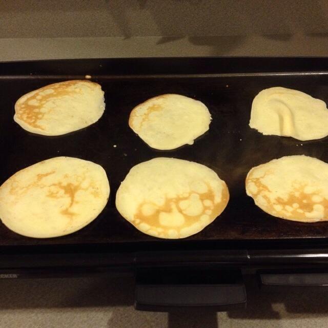 Mantenga cocinar los panqueques hasta que se cocine todo el lote.