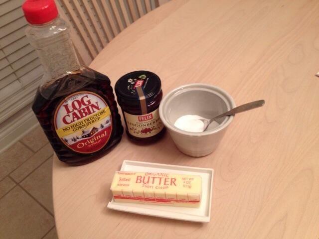 Servimos tortitas suecas con las opciones de jarabe, mermelada (normalmente mermelada de arándano rojo de Suecia), la mantequilla y el azúcar para coberturas. Otros mermelada de bayas o jarabes sería bueno, también.