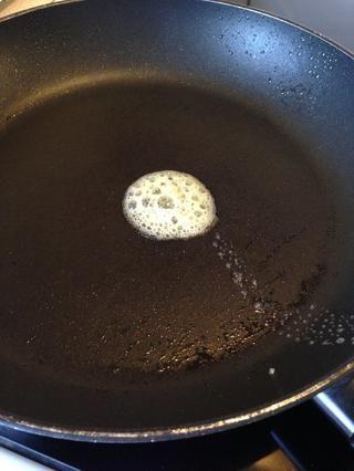 Añadir la mantequilla en la sartén. Cuando la mantequilla se parece a esto y ha convertido tranquila - la sartén está listo