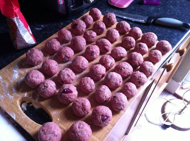 Hacer todos los de su mezcla de carne en pequeñas bolas como esta y sentar en una tabla de cortar listos para cocinar.