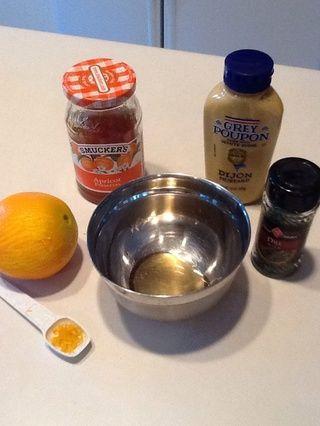 Reúna sus suministros. Zest su naranja (raspar fuera de naranja con una herramienta llamada zester.)