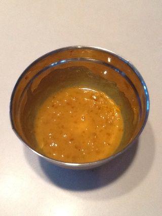 Mezclar la miel, la mostaza de Dijon, y mermelada de albaricoque (o mermelada de naranja).
