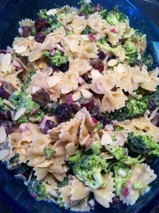 ¡Todo listo! Se puede espolvorear nueces o almendras en la parte superior si quieres ser elegante! ☺️ te lo prometo'll love this salad!��