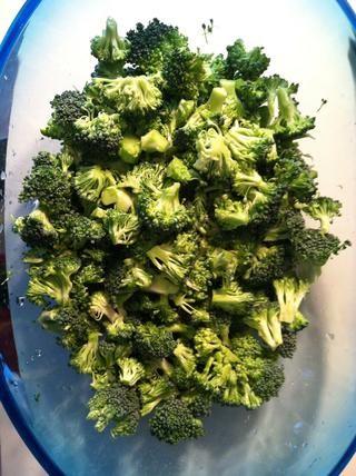 Cortar el brócoli en pequeños pedazos como lo ??????