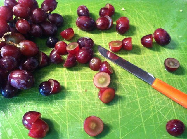 Cortar las uvas sin semillas en medio ??????