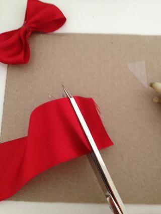 cortar otro pedazo de cinta lo suficientemente grande como para ir por todo el arco