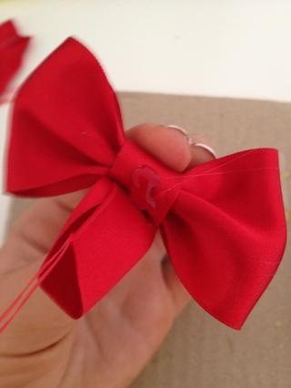 poner una gota de pegamento en la parte posterior y doblar la cinta hacia abajo.