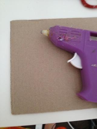 colocar algo por la protección de su área y calentar su pistola de pegamento caliente.