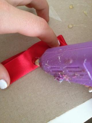 dicho de otra gota de pegamento en el bit de plegado en el centro y doblar en la solapa hacia abajo