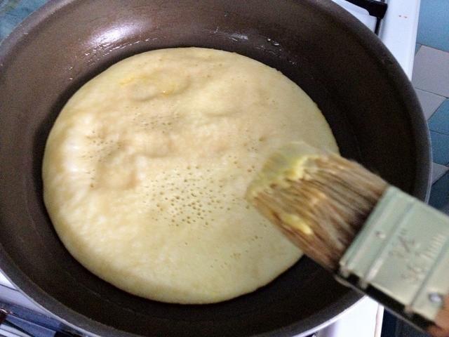 Agregue un poco de margarina y ponerlo en una superficie plana