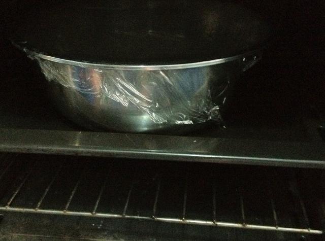 Ponga en un lugar caliente o ponerlo en un horno. Dejar reposar y el aumento de aproximadamente 20 mins