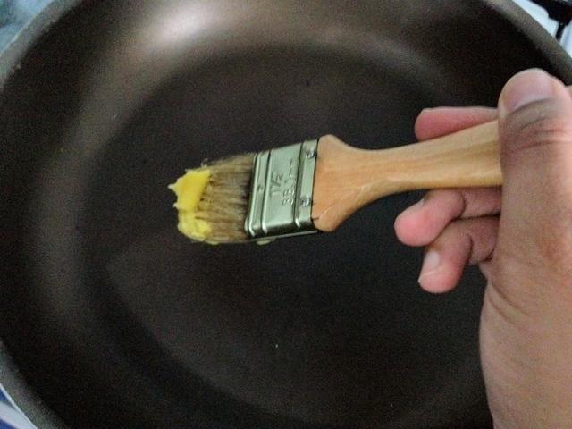 Caliente una sartén de teflón, a unos 25 cm a fuego lento. Engrasar la sartén con margarina