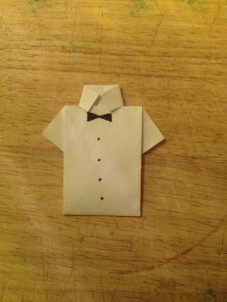 Dobla el papel y meter bajo los collares. Es posible que desee dejarlo blanco, dibujé un arco y botones en la mía, un empate también haría