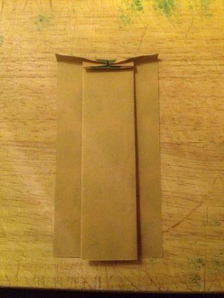 Gire el papel y doblar la pieza central de arriba hacia abajo como esto