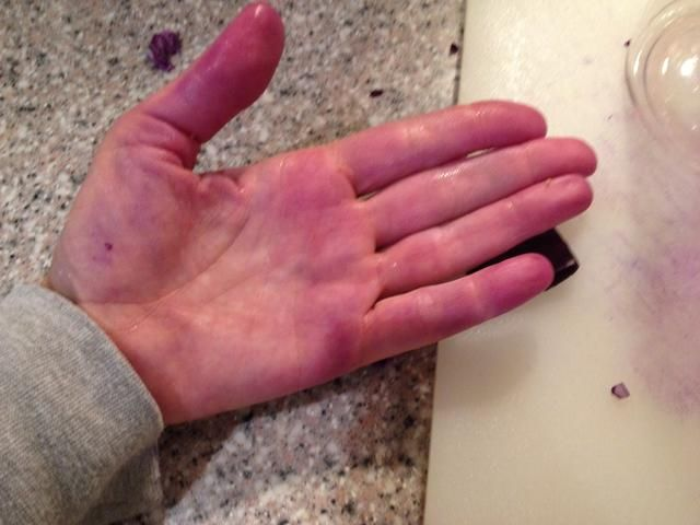 Use guantes si usted no't like purple hands and nails.