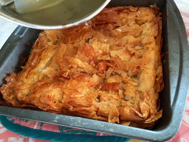 Por último, añadir el derecho de jarabe de limón cuando el baklava es caliente y acabado. El jarabe se penetre en el baklava por lo que es el mejor, dulce, y baklava mantecosa. Ganaste't regret making this dessert!