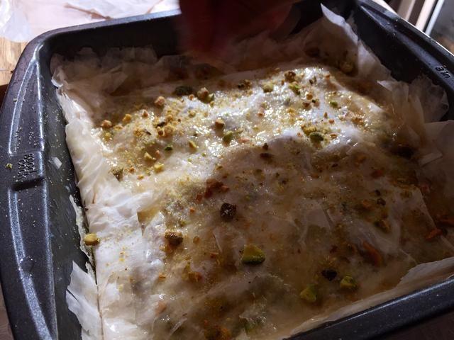 Puede fundir más mantequilla y picar más pistachos si es necesario.