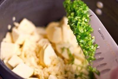 Añadir en, 1 pelado y cortado en cubitos la cebolla, un cuadrado de 1 pulgada de jengibre fresco, pelado y picado, 2 pequeños chalotes picados, 1 jalapeño, sin semillas y finamente picado