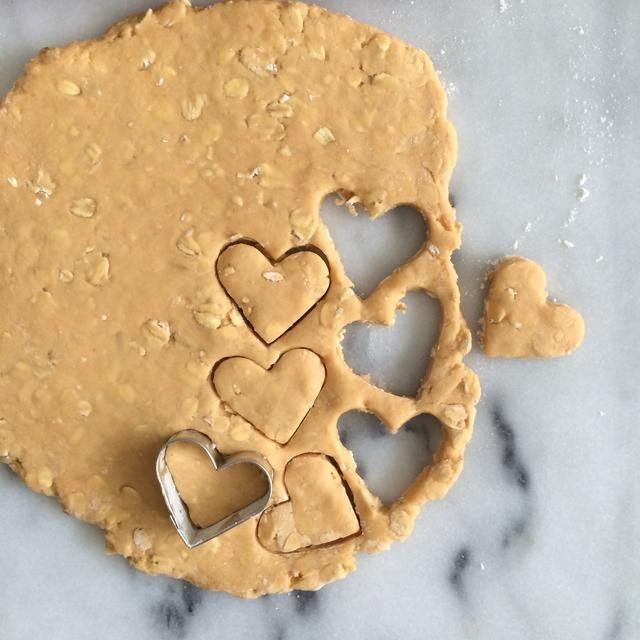 Utilice cortador de galletas deseado para perforar formas. Se adhieren a una o dos formas de tamaño similar para asegurar una cocción.