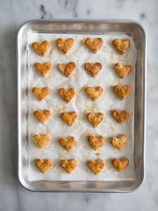 Hornear durante 25-30 minutos hasta que las galletas son crujientes y de color dorado. Gire a medio camino a través de la cacerola para hornear. Que trata enfríen antes de alimentar a su perro.