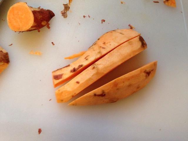 Cortar las patatas en rodajas largas (también se puede envolver el tocino alrededor de ellos aquí, en lugar de cortar más pequeños).