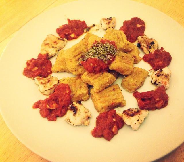 Servir ñoquis en un plato con pollo, salsa de tomate y una pizca de hierbas mezcladas. ¿¿¿¿¿¿Disfrutar??????