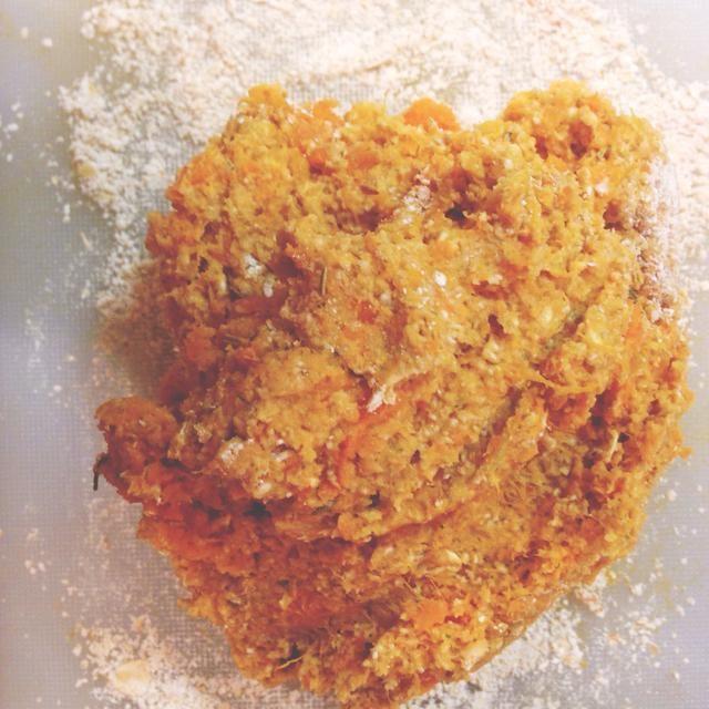 Mash patata dulce y mezclar con la avena (con excepción de 2 cucharadas) y especias hierba mixta.