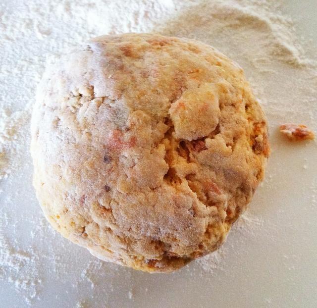 Forme una bola. (En esta versión, la piel no se despegó de la patata dulce).