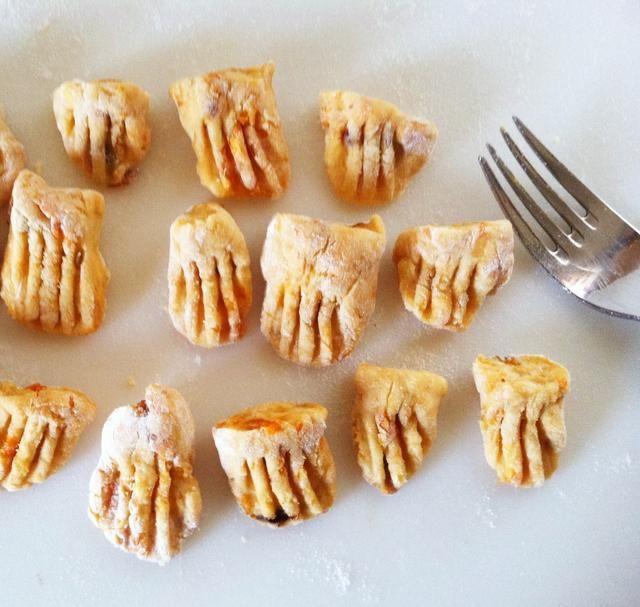 Presione los dientes de un tenedor en algunas de las piezas. Traiga una olla de agua salada a hervir. Añadir unos pocos a la vez en el bote. Cuando flotan en la parte superior, que se cocinan.