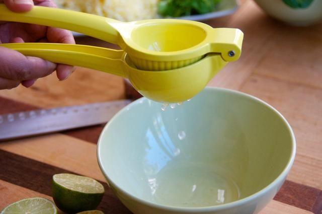 Una vez que haya preparado la espinaca, el jugo recién sus dos limas y tomar 2 cucharadas y añadir a un tazón. Añadir 4 cucharadas de aceite de oliva y 2 cucharaditas de Smokin' Chipotle then whisk it until mixed well. Set aside.