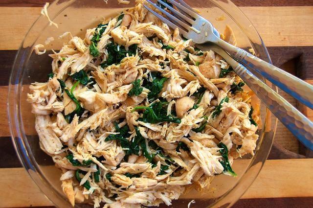 Mezclar las espinacas y el pollo juntos.