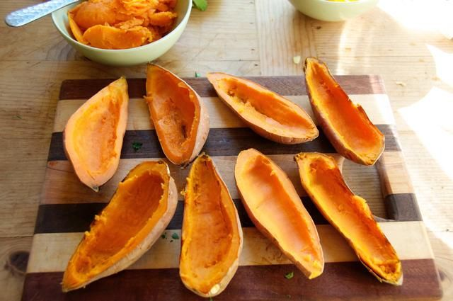 Después de 50-60 minutos de cocción de las papas, retirar del horno y dejar que el, enfriar un poco para que pueda tocarlos. Cortar cada uno en medio luego tomar suavemente una cuchara y raspar el medio pero no toda ella.