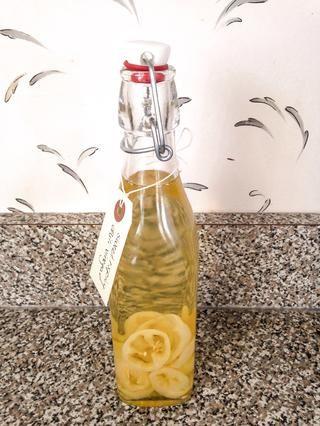 Después de una semana, el vinagre está listo! Utilizando un colador, retire todas las semillas del vinagre. Vierta el vinagre en cualquier recipiente que'd like (a funnel is the best way to to this). Enjoy!