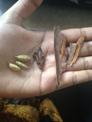 Aquí están las especias: vainas de cardamomo, clavo y canela. Esta canela I'm using is pretty strong which is why I crushed it slightly. These spices are crucial, try your best to get them!