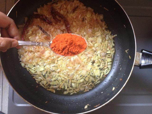 A continuación, agregue en chile en polvo. Ahora, el chile en polvo es lo que hace este plato rojo feroz que es. Haga su mejor esfuerzo para usarlo, pero si no se ve en la siguiente diapositiva para la sustitución.