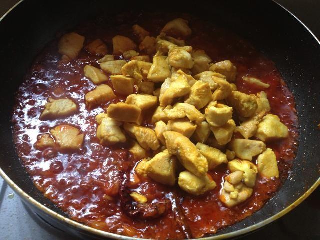 Ahora agregue el pollo! Si el uso de chiles frescos, añadirlos en este momento.