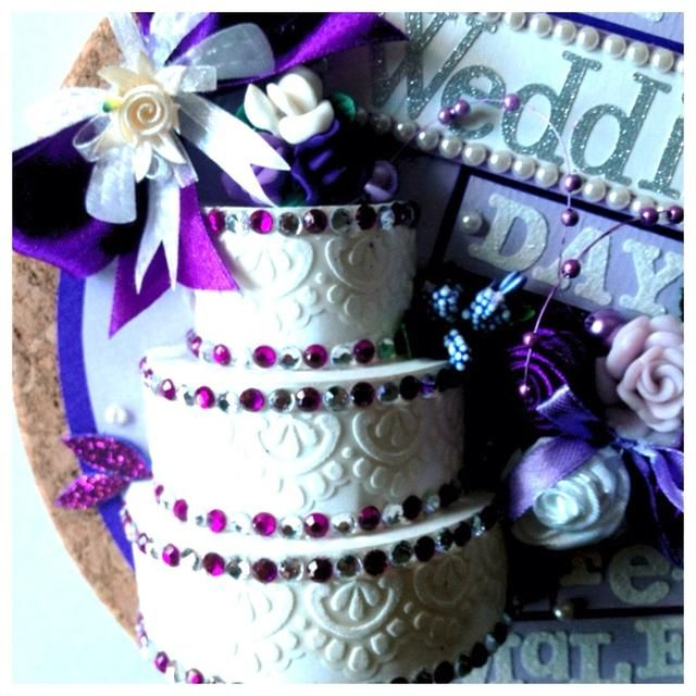 En ninguna parte's the cake. You can put anything that you like. Flowers, ribbons, etc.