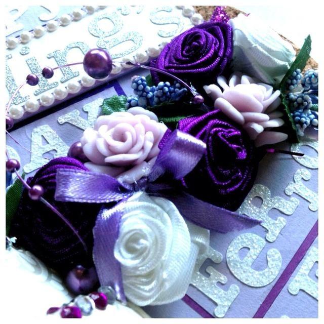 Algunas rosas cinta hecha a mano, rosas de arcilla, etc .. yo solíamos pistola de pegamento para verlas pegarse.